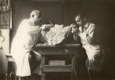Ernst und Kurt Lindig  entdeckten die Ehringsdorfer Urfrau am 21. September 1925.  Veröffentlichung des Fotos mit freundlicher Genehmigung von Dr. Günter Lindig. - Schulfuchs.de